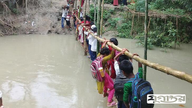 বাঁশের সাঁকোয় ঝুলছে বাংলাদেশ! ছবি: সিরাজগঞ্জের চৌহালি প্রতিনিধি রফিক মোল্লা