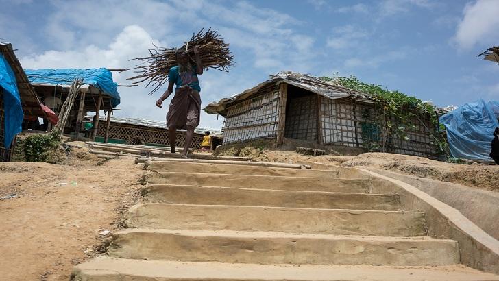 কক্সবাজারে লাকড়ির বোঝা নিয়ে যাচ্ছেন একজন রোহিঙ্গা। বাংলাদেশে অবস্থান করা রোহিঙ্গারা রান্নাবান্নার কাজে জ্বালানি কাঠের ওপরই নির্ভরশীল -আলজাজিরা