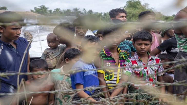 বাংলাদেশ ও মিয়ানমারের সীমান্তের শূন্য রেখার বেড়ার কাছে জড়ো হয়েছে রোহিঙ্গা শিশুরা-এএফপি