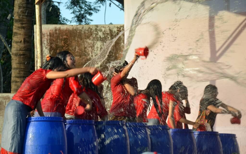 সাংগ্রাই উৎসবে বান্দরবানে জলকেলিতে মেতেছে মারমা তরুণ-তরুণীরা