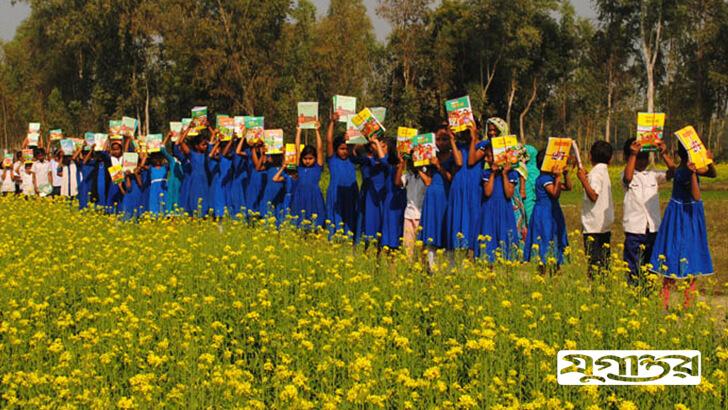সিরাজগঞ্জের শাহজাদপুরে বছরের প্রথম দিনে হাতে নতুন বই পেয়ে উচ্ছ্বসিত নাববিলা সরকারি প্রাথমিক বিদ্যালয়ের কোমলমতি শিশুরা