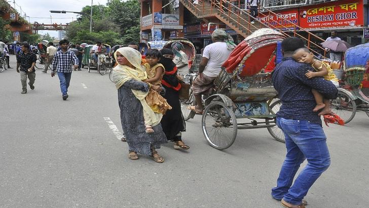 সাইন্সল্যাবে বাস না পেয়ে শিশুদের কোলে নিয়ে হাঁটছেন বাবা-মায়েরা