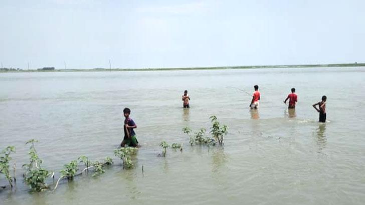 কিশোররা নদীতে দাঁড়িয়ে মাছ ধরছে। ছবি লোকেশন: সুতারপাড়া, করিমগঞ্জ, কিশোরগঞ্জ। আলোকচিত্রী: ডা. জয়নাল আবেদীন টিটো