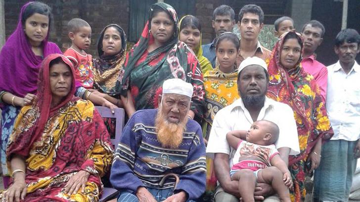 পরিবারের সদস্যদের সঙ্গে আলহাজ্ব আহসান উদ্দিন শাহ