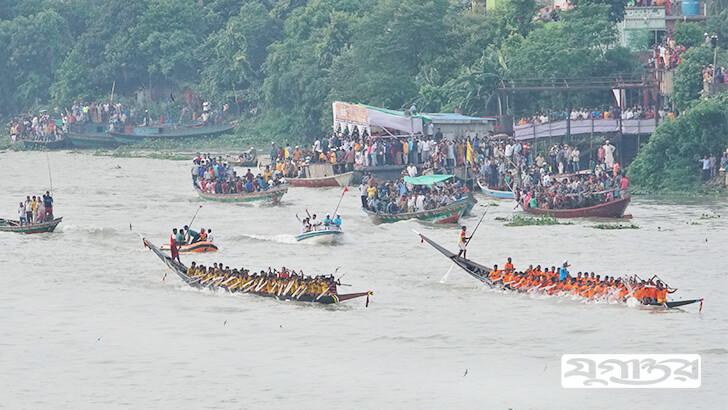 রাজধানীর মোহাম্মদপুরের বসিলা এলাকায় বুড়িগঙ্গা নদীতে নৌকাবাইচ। ছবি: খান মো: নজরুল ইসলাম