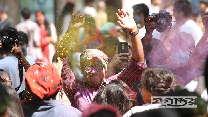 দোল পূর্ণিমা উপলক্ষে বৃহস্পতিবার হিন্দু ধর্মাবলম্বীরা পালন করেন হোলি উৎসব। আবিরের রং মাখানো খেলা আর হাসি-আনন্দে মেতে উঠেছেন ছোট-বড় সবাই।
