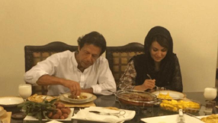 স্ত্রী রেহাম খানের সঙ্গে বিরিয়ানি খাচ্ছেন পাকিস্তানের প্রধানমন্ত্রী ইমরান খান। ছবি: টিআরটি