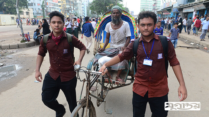 রাজধানীর মহাসড়কে প্রবীণ এক রিকশাচালক অসুস্থতাবোধ করলে শিক্ষার্থীরা তাকে হাসপাতালে নিয়ে যায়