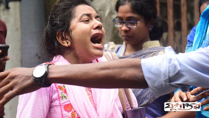 জিগাতলা এলাকায় সংঘর্ষের সময় আতংকে কান্না করছে এক তরুণী শিক্ষার্থী