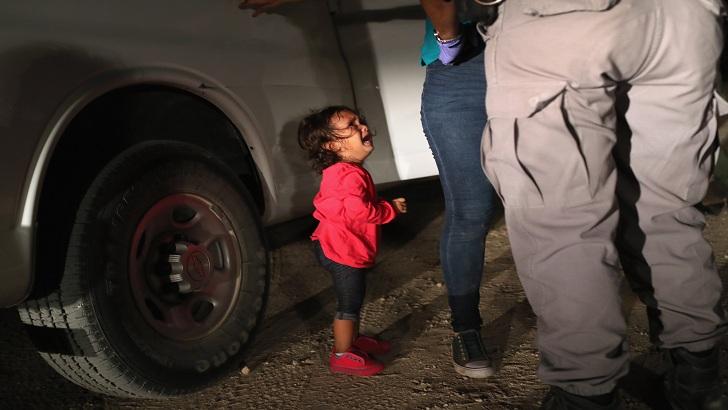 মেক্সিকো সীমান্তে আটক মাকে খুঁজছে আর কাঁদছে দুই বছর বয়সী শিশুটি। ছবি: সংগৃহীত