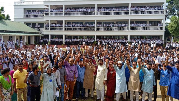এইচএসসি পরীক্ষায় দেশসেরা নরসিংদীর আবদুল কাদির মোল্লা সিটি কলেজের শিক্ষার্থী ও শিক্ষকরা। ছবি: যুগান্তর
