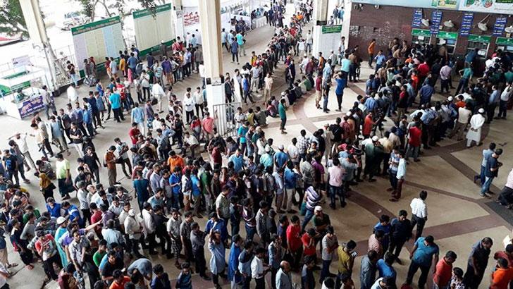 ট্রেনের টিকিট বিক্রি শুরু, কমলাপুরে দীর্ঘ লাইন