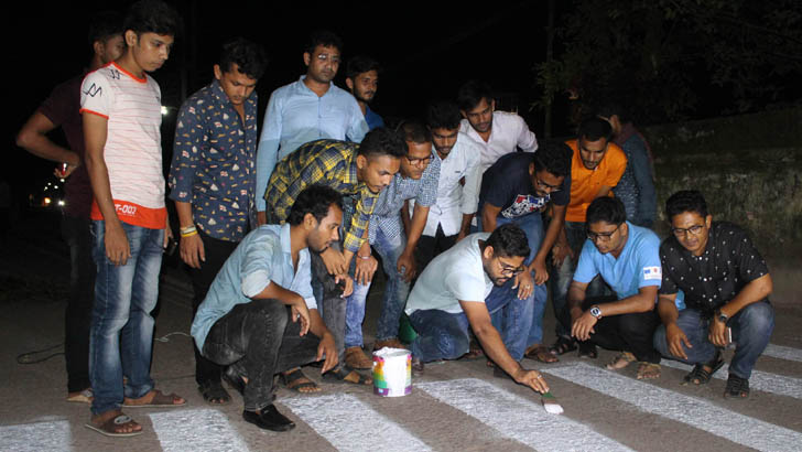 পটুয়াখালীতে ছাত্রদের উদ্যোগে সড়কে জেব্রাক্রসিং