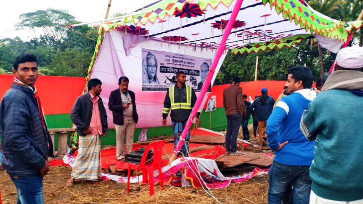 পটুয়াখালীর রাঙ্গাবালী উপজেলায় নেতাকর্মীদের ভারে নির্বাচনী পথসভার মঞ্চ ভেঙে যায়