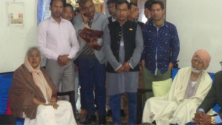 শেরপুরের রিটার্নিং কর্মকর্তার কার্যালয় থেকে বেড়িয়ে সাংবাদিকদের সঙ্গে আলাপ করেন কৃষিমন্ত্রী বেগম মতিয়া