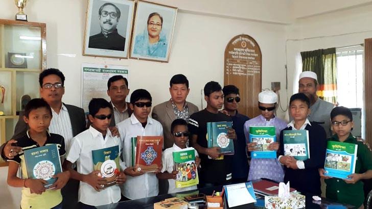 বান্দরবানে দৃষ্টিপ্রতিবন্ধী শিক্ষার্থীদের মাঝে ব্রেইল পাঠ্যবই বিতরণ