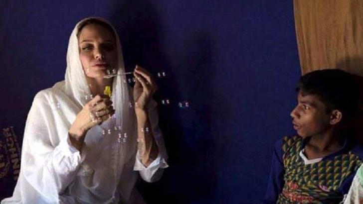 রোহিঙ্গা শিশুদের সঙ্গে খেলা করছেন হলিউডের জনপ্রিয় অভিনেত্রী অ্যাঞ্জেলিনা জোলি।