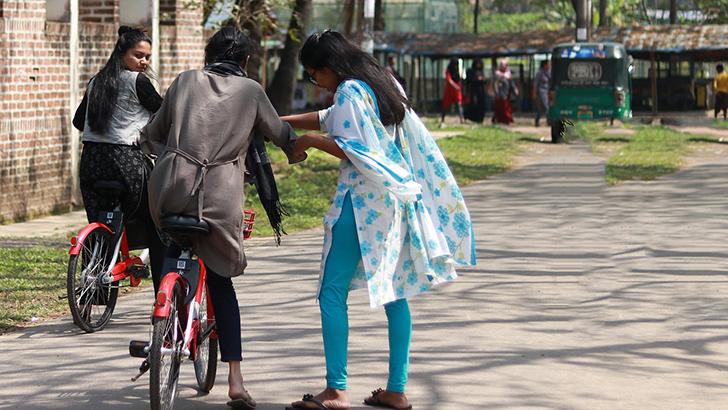 মেয়েদের সাইক্লিং শেখাচ্ছে 'জোবাইক'