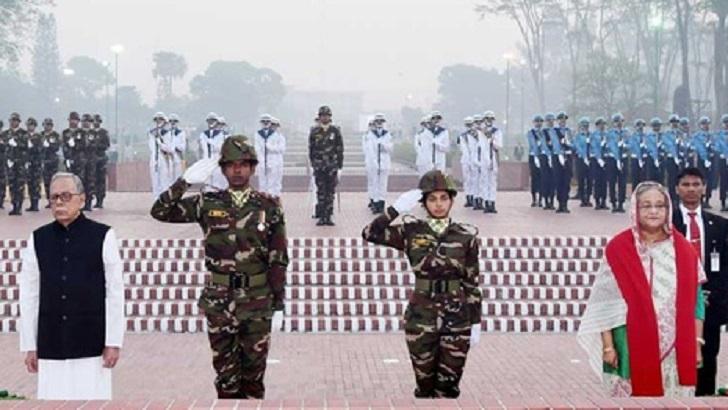 জাতীয় স্মৃতিসৌধে ফুল দিয়ে শ্রদ্ধা জানান রাষ্ট্রপতি মো. আবদুল হামিদ ও প্রধানমন্ত্রী শেখ হাসিনা।