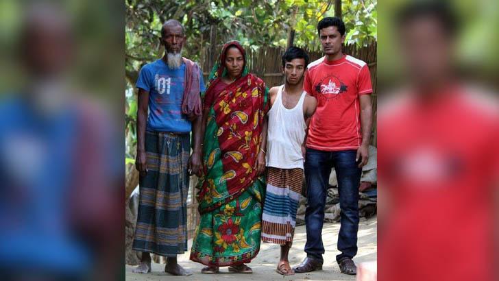 পরিবারের সঙ্গে শারীরিক প্রতিবন্ধী ফজলুর রহমান