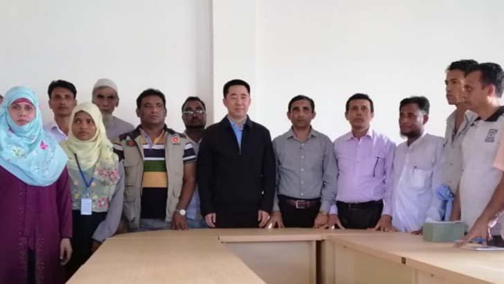 চীনের রাষ্ট্রদূত উখিয়ার কুতুপালং রোহিঙ্গা ক্যাম্প পরির্দশনে এসে রোহিঙ্গা নেতাদের সঙ্গে কথা বলেন