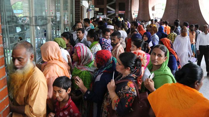 রাজধানীর শেরে বাংলা নগরের শহীদ সোহরাওয়ার্দী মেডিকেল কলেজ হাসাপাতালে চিকিৎসাপ্রার্থীদের ভিড়