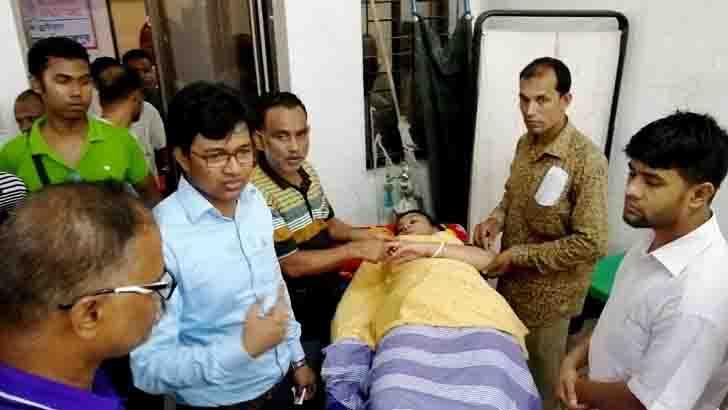 ছুরিকাঘাতে আহত সহকারী কমিশনার (ভূমি) রামানন্দ পালের স্ত্রী অদিতি বড়াল হাসপাতালে চিকিৎসা নেন
