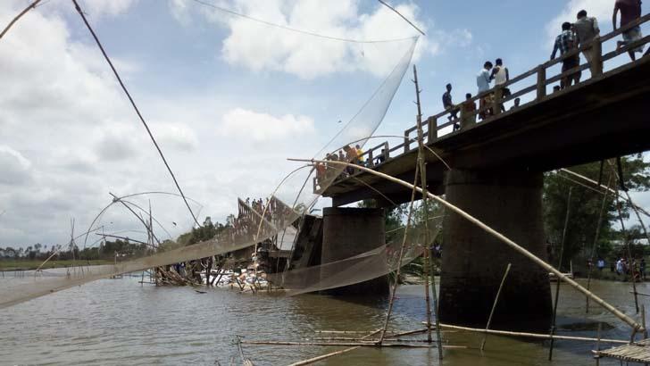 ব্রিজ ভেঙে ব্যাটারিচালিত একটি অটোরিকশা নদীতে পড়ে গেছে