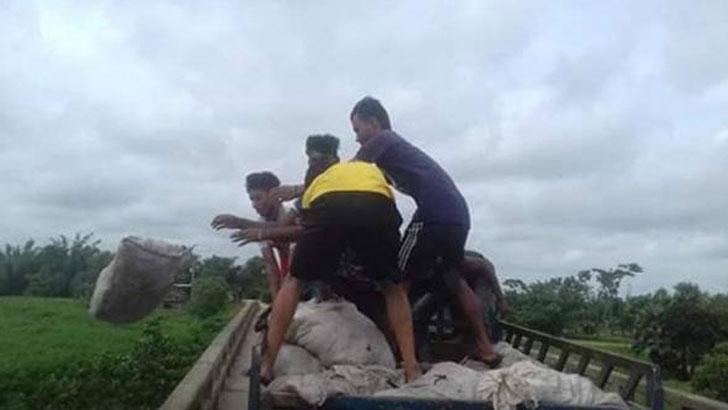 দাম না পেয়ে রাগে দুঃখে নদীতে চামড়া ফেলছেন ব্যবসায়ীরা