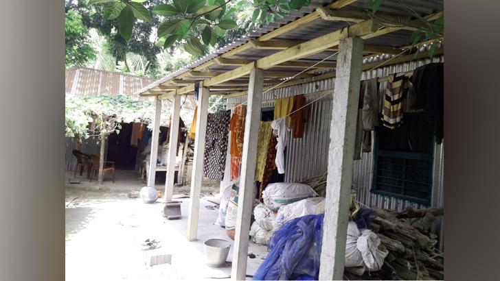 গুরুদাসপুরে গরিবের ঘর মেম্বারদের বাড়িতে