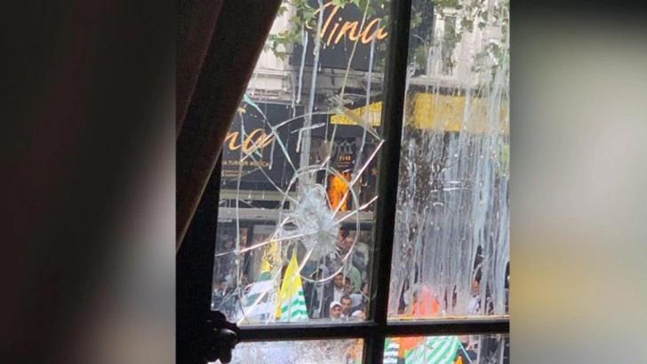 কাশ্মীর: লন্ডনে ভারতীয় হাইকমিশনে ডিম-জুতা মেরে বিক্ষোভ
