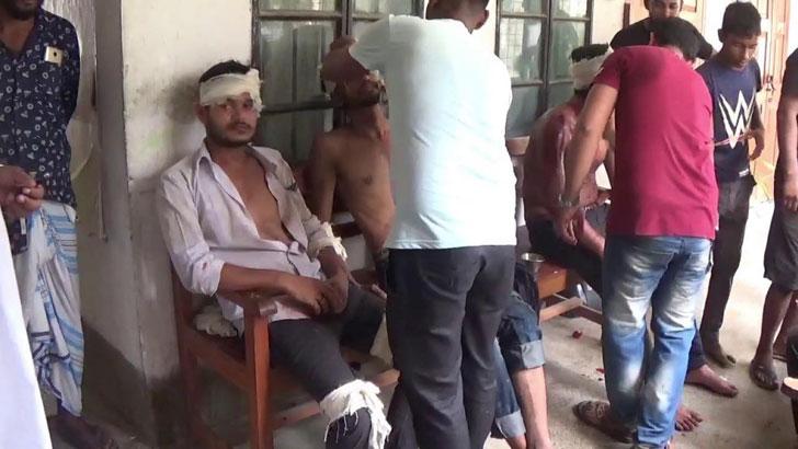 গজারিয়া উপজেলা স্বাস্থ্য কমপ্লেক্সে চিকিৎসা নিচ্ছেন আহতরা। ছবি: যুগান্তর