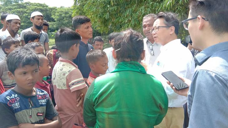 উখিয়ার নোম্যান্স ল্যান্ডে আশ্রিত রোহিঙ্গাদের সঙ্গে কথা বলেন চীনের প্রতিনিধি দল