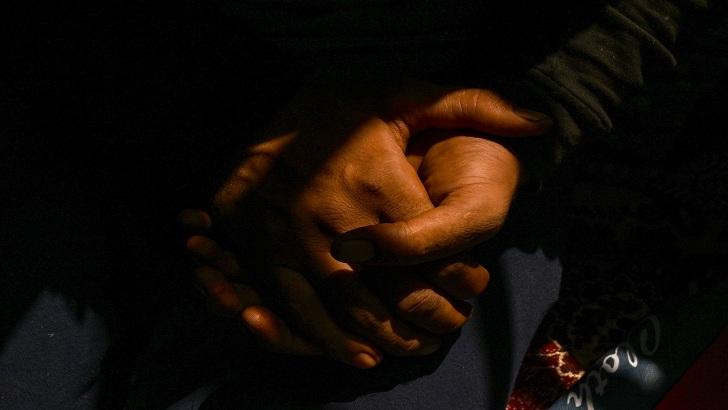 কাশ্মীরে যুবকরা রাত কাটাচ্ছেন গাছের মগডালে