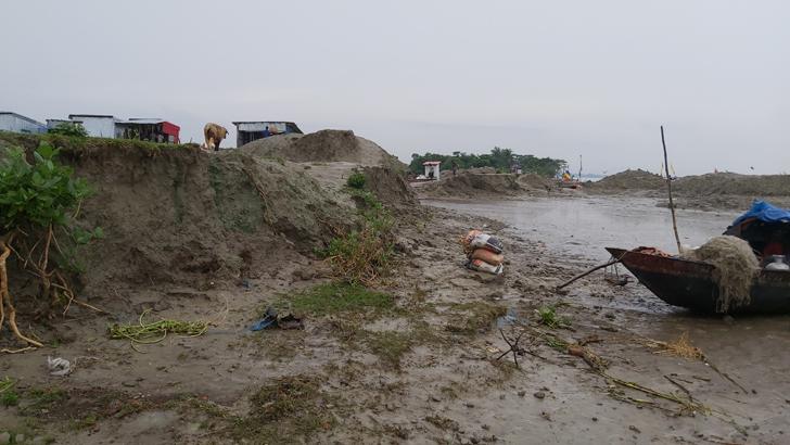 জামে মসজিদ সংলগ্ন গোরস্থানের নদী ভাঙন এলাকা