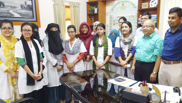 শহীদ তাজউদ্দীন আহমদ মেডিকেল কলেজের কৃতি শিক্ষার্থীদের সাথে অধ্যক্ষ অধ্যাপক ডা. মো. আসাদ হোসেন। ছবি: যুগান্তর