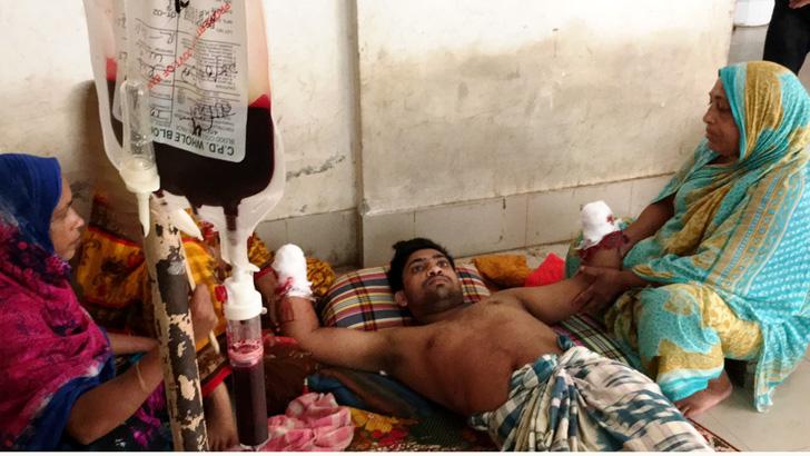 চাঁপাইনবাবগঞ্জে রুবেল হোসেনের দুই হাতের কব্জি কেটে নিয়েছে 'ফয়েজ বাহিনী'