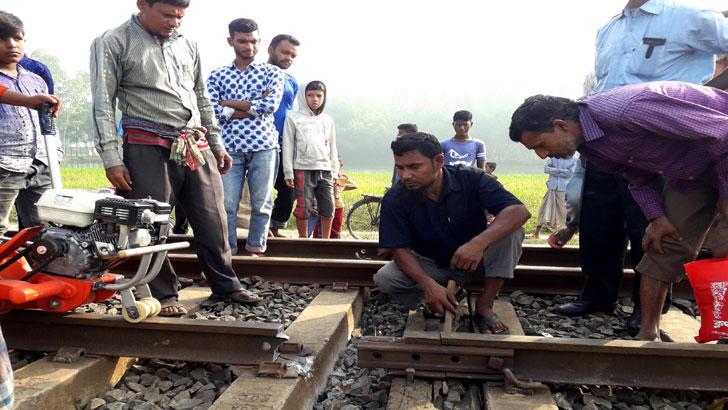 দিনাজপুরে রেললাইনে ভাঙন, ট্রেন চলাচল বন্ধ