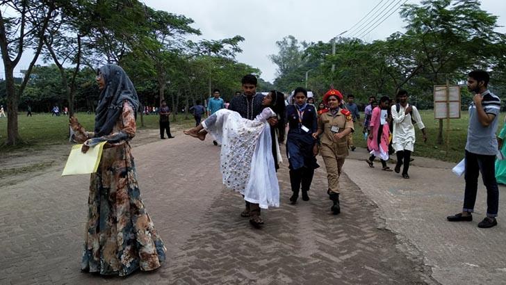 হঠাৎ অসুস্থ শিক্ষার্থীকে হাসপাতালে নিয়ে যাচ্ছে বেগম রোকেয়া বিশ্ববিদ্যালয়ে কর্মরত সাংবাদিকরা