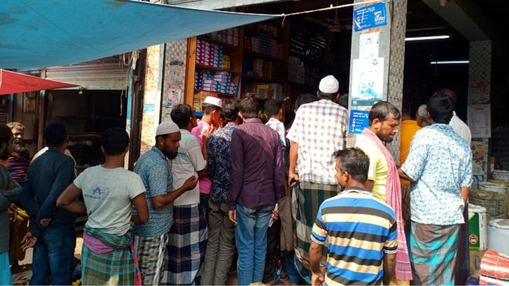কোটালীপাড়া উপজেলার ঘাঘর বাজারে লবণ কিনতে ক্রেতাদের ভিড়