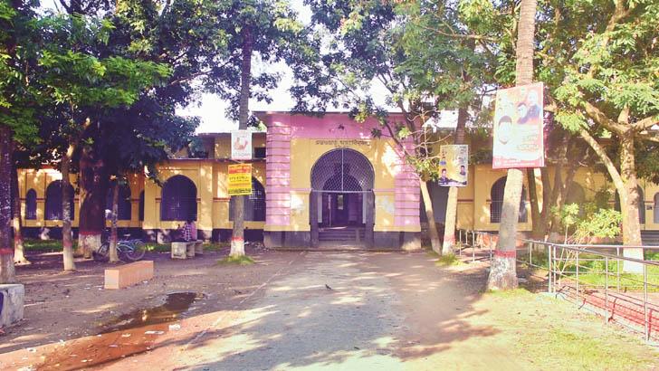 অবিভক্ত বাংলার ঐতিহ্যবাহী বিদ্যাপীঠ পাবনা সরকারি এডওয়ার্ড কলেজ। ছায়াঘেরা সুবিশাল ক্যাম্পাসের এডওয়ার্ড কলেজে লেখাপড়ার পাশাপাশি ছাত্র রাজনীতি, সাংস্কৃতিক কর্মকাণ্ড দেশজুড়ে আলোচিত ছিল।