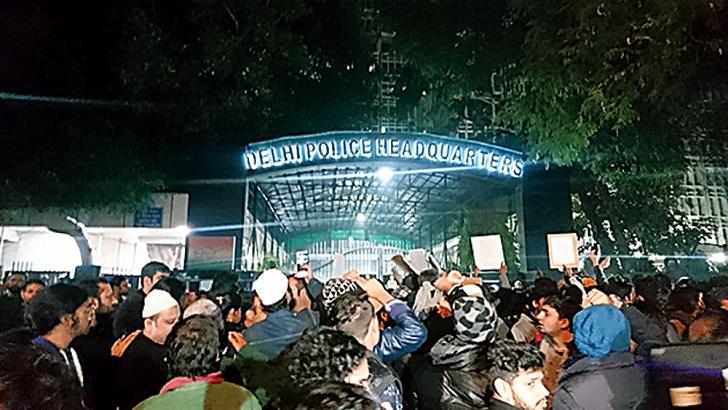 রোববার গভীর রাতে দিল্লি পুলিশের সদর দফতর ঘেরাও বিশ্ববিদ্যালয় শিক্ষার্থীদের