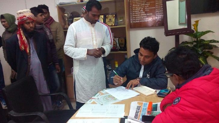 দামুড়হুদা উপজেলা নির্বাহী অফিসার এসএম মুনিম লিংকন কনের পিতার বাড়ি হাতিভাঙ্গা গ্রামে ভ্রাম্যমাণ আদালত পরিচালনা করেন