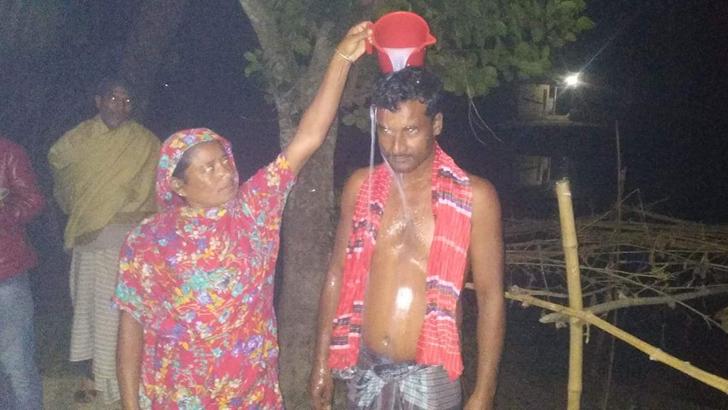 দুধ দিয়ে গোসল করিয়ে স্বামীকে নতুনরূপে বরণ করে নিয়েছেন প্রথম স্ত্রী