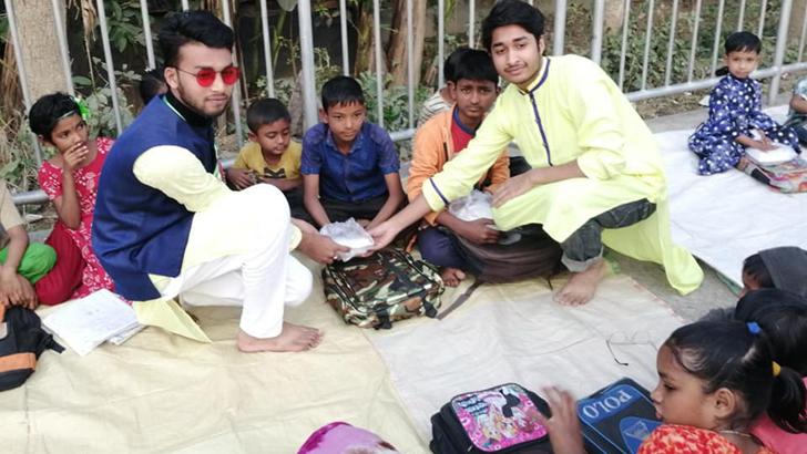 পথশিশুদের সঙ্গে ভালোবাসা দিবস উদযাপন করল কালীগঞ্জের তরুণরা