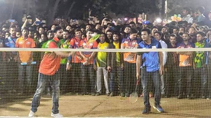 ঢাকা বিশ্ববিদ্যালয়ে ব্যাডমিন্টন প্রতিযোগিতায় মাশরাফি। ছবি: যুগান্তর
