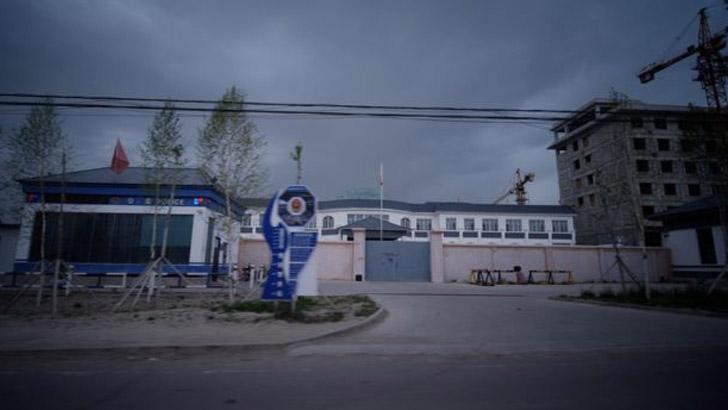 দাড়ি রাখায় বোরকা পরায় উইঘুরদের আটক করছে চীন