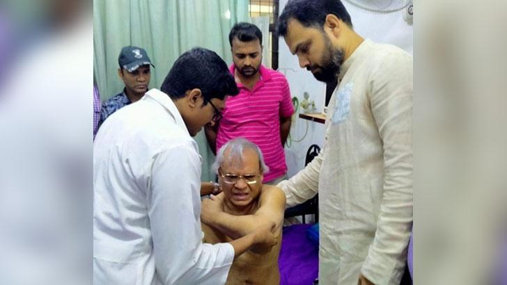 মিরপুরে 'পুলিশের লাঠিপেটায়' আহত রিজভী হাসপাতালে প্রাথমিক চিকিৎসা নিচ্ছেন। ছবি-সংগৃহীত