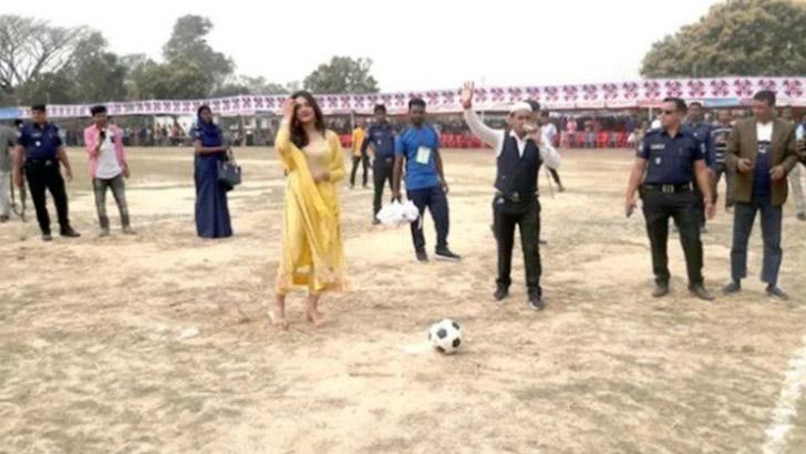মুজিববর্ষে রাজশাহীতে ফুটবল খেললেন নায়িকা মাহি