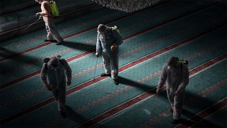 কাতারের মসজিদে চলছে পরিচ্ছন্নতা কার্যক্রম। ছবি: আল জাজিরা